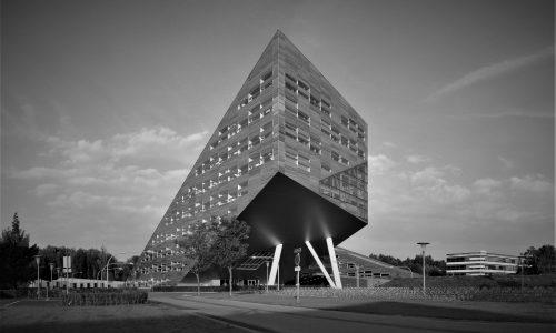 """De Linnaeusborg (""""Grasborg"""") op het Zernikecomplex in de stad Groningen. Het gebouw werd ontworpen door Rudy Uytenhaak en is in 2010 in gebruik genomen."""